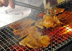 味噌漬けした豚肉を炭火で焼き上げ仕上げています