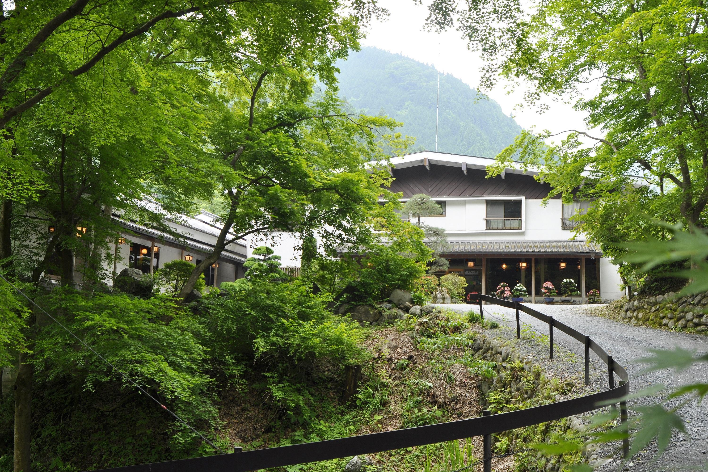 山々に囲まれた静かな隠れ宿。谷津川館